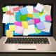 Laptop med post-it, Pixabay
